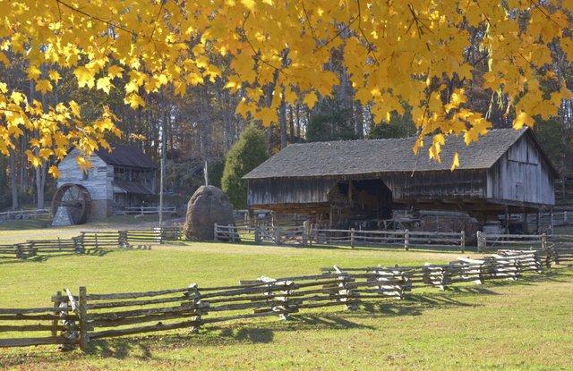 Fall_at_ the_Museum_of_Appalachia.jpg